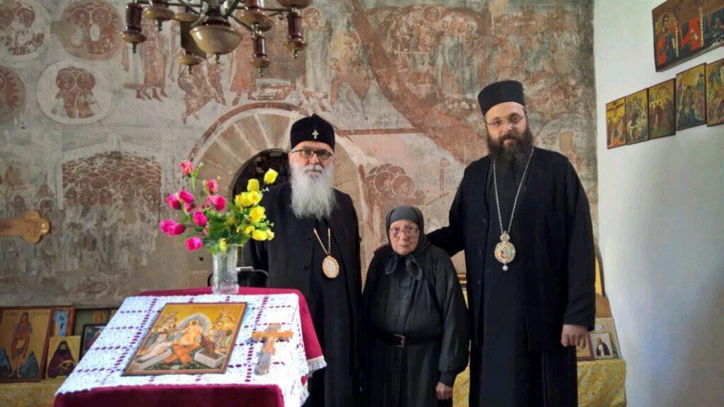 Владика Милутин и Владика Силуан на поклоњењу светињама