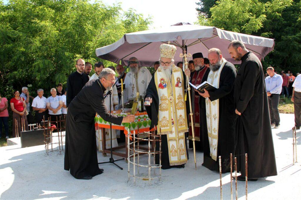 Владика Милутин осветио темеље новог храма у Бошњановићу