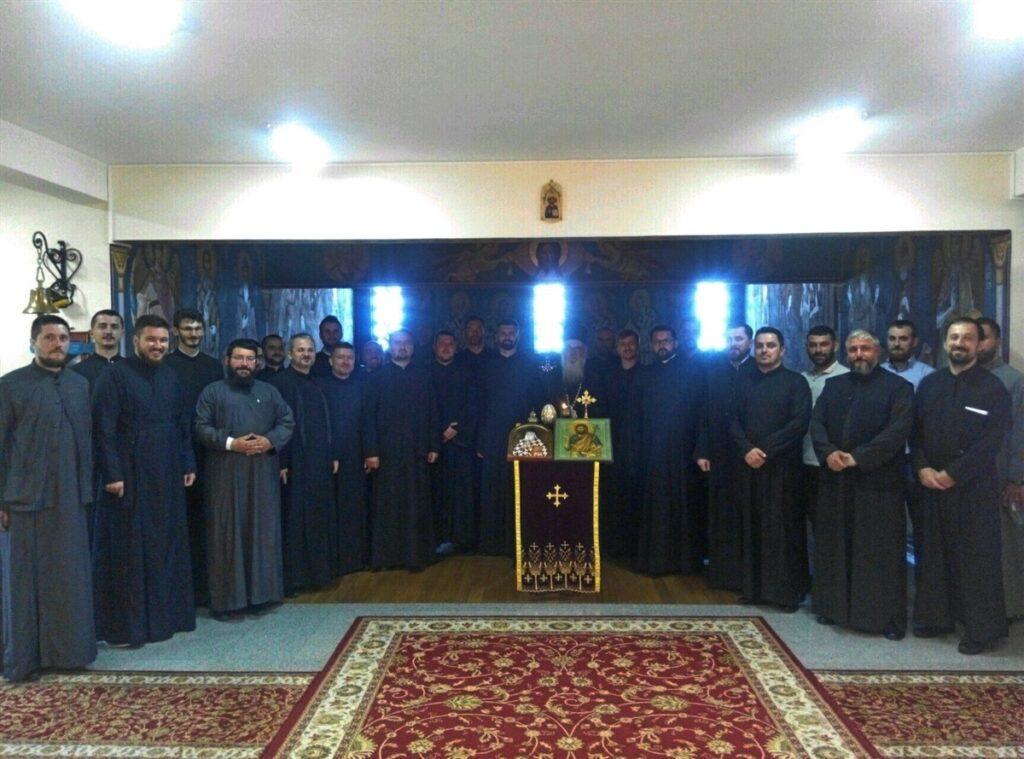 Богослови двеју генерација на пријему код Епископа Милутина