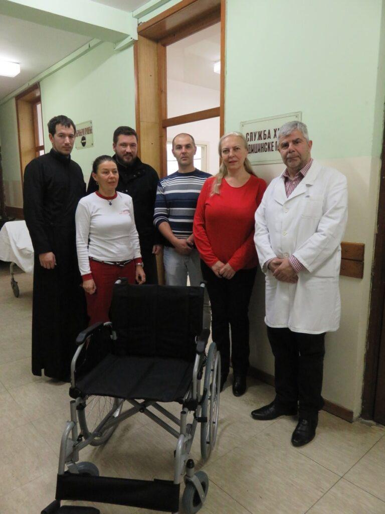 Епархија ваљевска даривала инвалидска колица Дому здравља