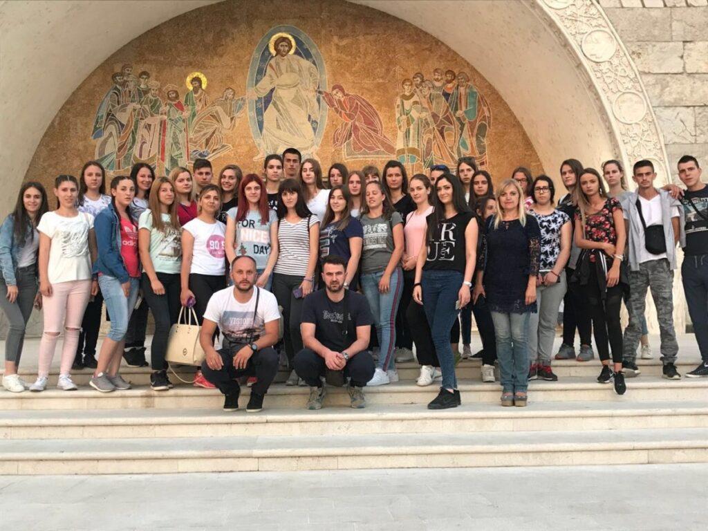 Подгорски средњошколци на поклоничком путовању светињама Црне Горе и Херцеговине