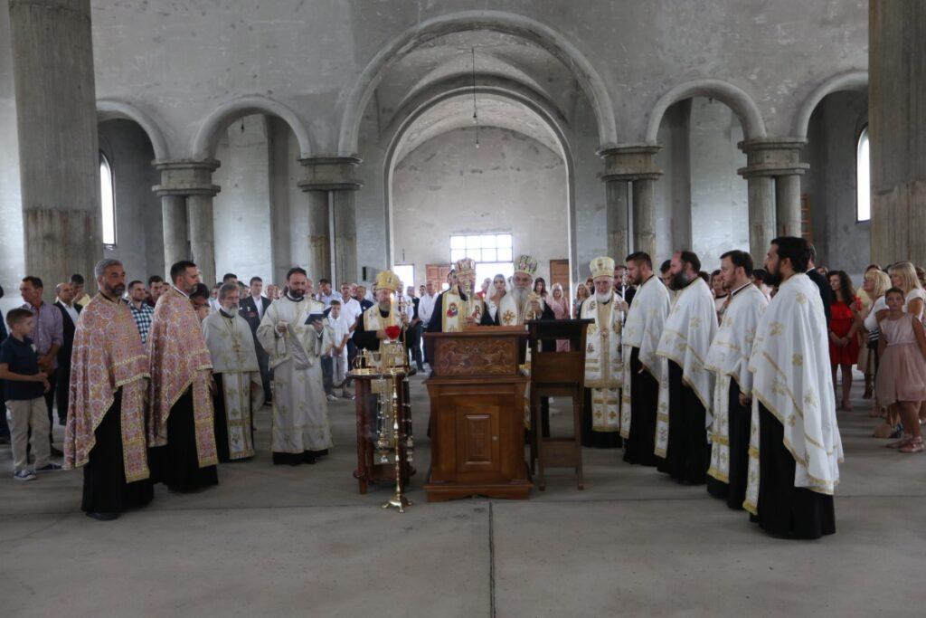 Четири Eпископа служила Свету тајну венчања и посетила Храм Светог Нектарија