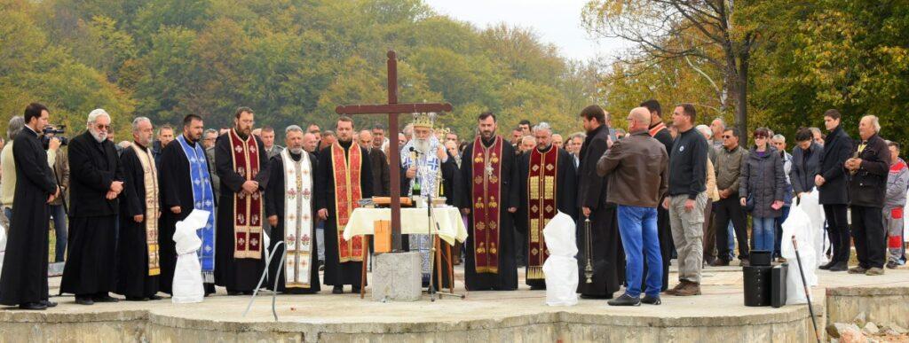 Епископ Милутин служио парастос жртвама Великог рата на темељима спомен – костурнице у Кадиној Луци
