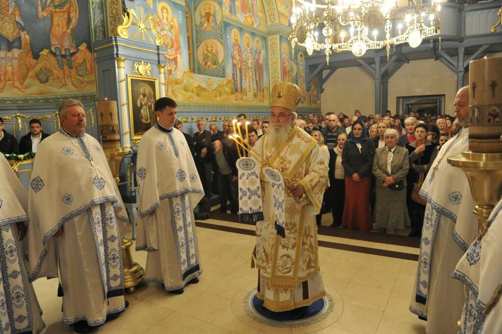 Дочек Васкрса у Покровској цркви са Епископом Милутином