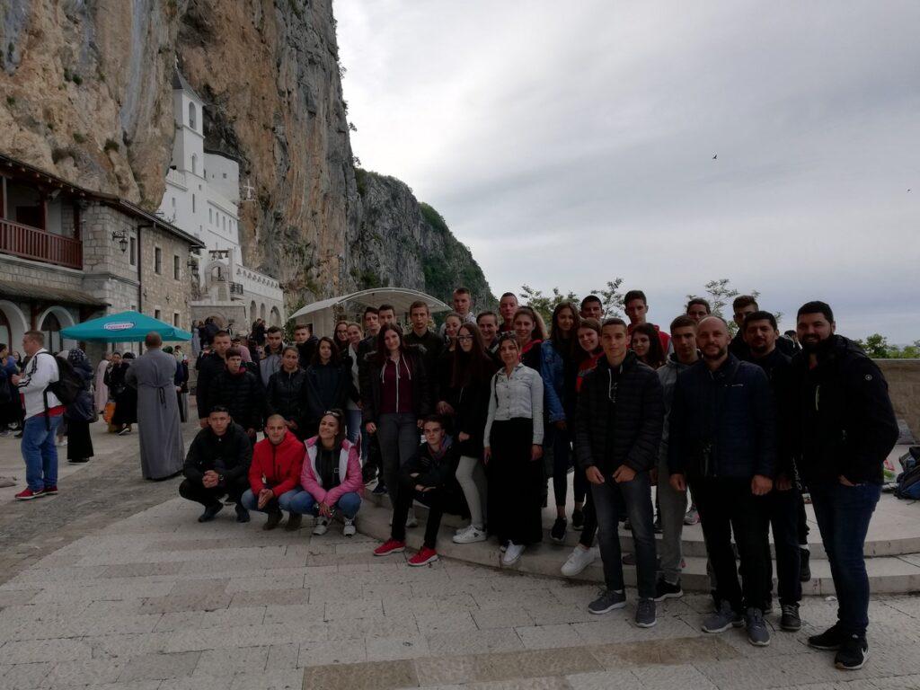 Ваљевски средњошколци на поклоњењу манастиру Острог