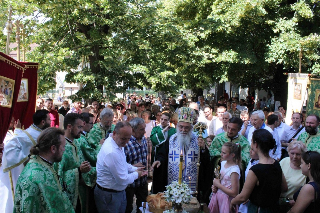 Епископ Милутин на Духовској свечаности у Обреновцу