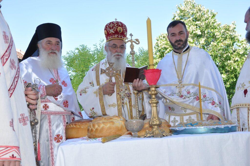 """Епископ Милутин на слави цркве у Вртиглаву: """"Молите свом ангелу чувару и разговарајте са њим"""""""