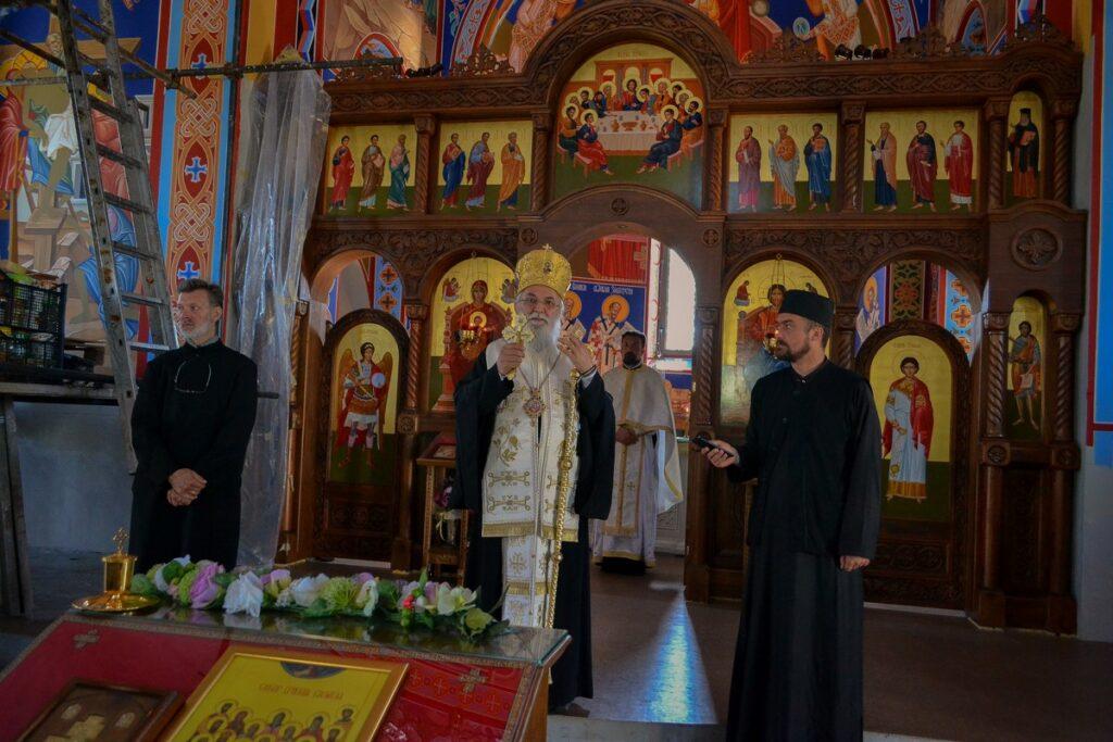 Епископ Милутин у новом храму у Обреновцу