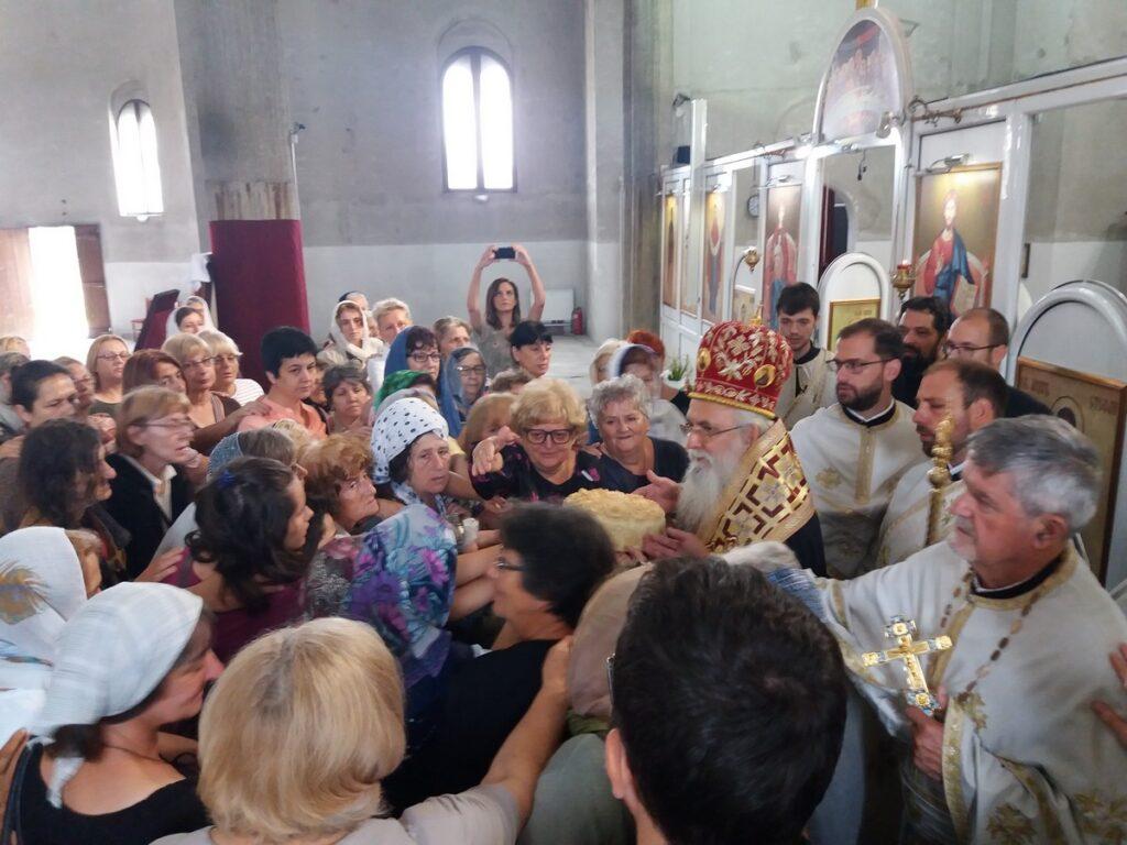 """Епископ Милутин на слави Кола српских сестара: """"Давањем сиромашнима, дајете живој Цркви"""""""