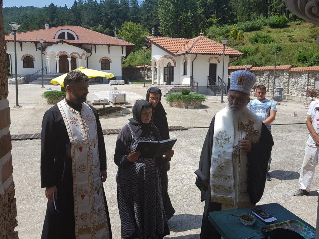 Епископ Милутин благословио завршну фазу радова на уређењу тропрестолне цркве у манастиру Ћелијама