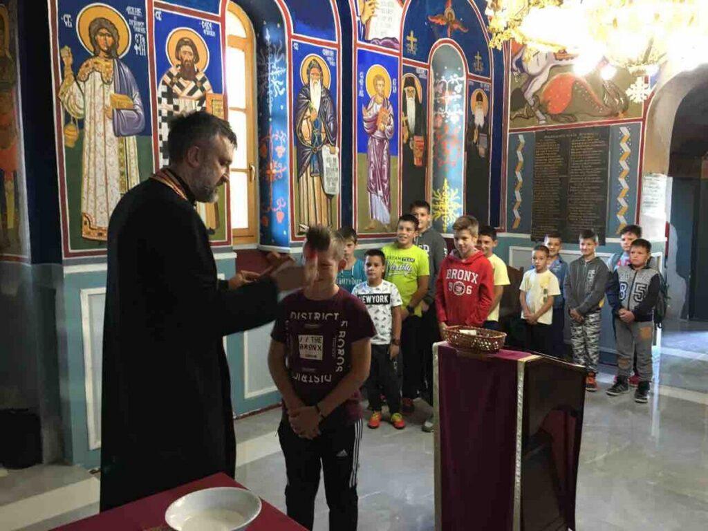 Молебан ђака школе у Драчићу