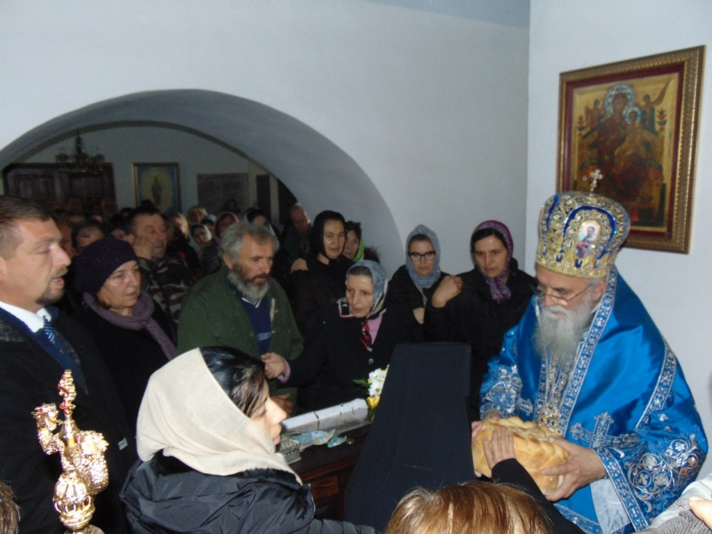 Епископ Милутин служио Свету Архијерејску Литургију на празник Ваведења Богородичиног у манастиру Докмир