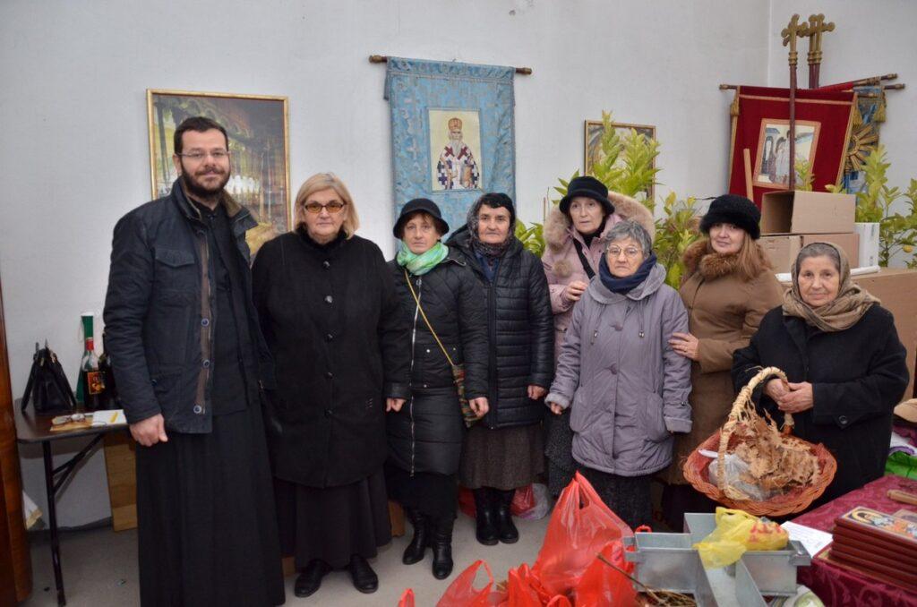 Коло српских сестара поделило четрдесет божићних пакета