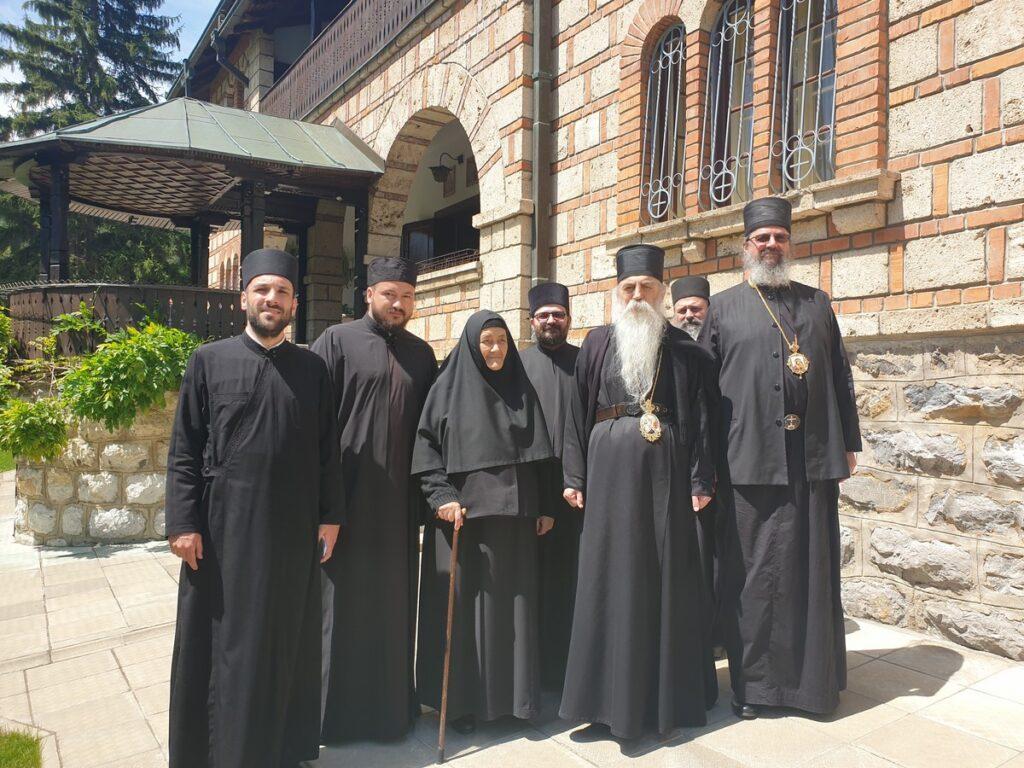 Епископи Иринеј и Исихије на поклоњењу Оцу Јустину у манастиру Ћелије
