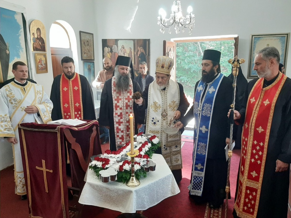 Епископ Лаврентије осветио крст на зимској капели манастира Докмир