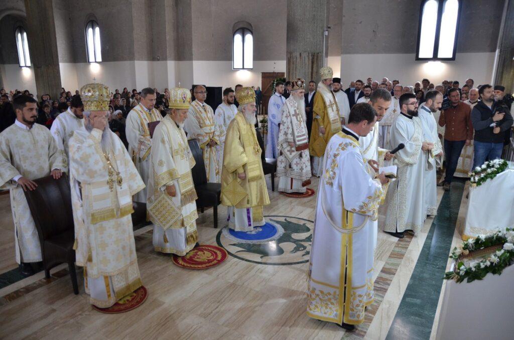 Патријарх Иринеј служи Свету Архијерејску Литургију и полугодишњи парастос Владики Милутину у ваљевском саборном храму
