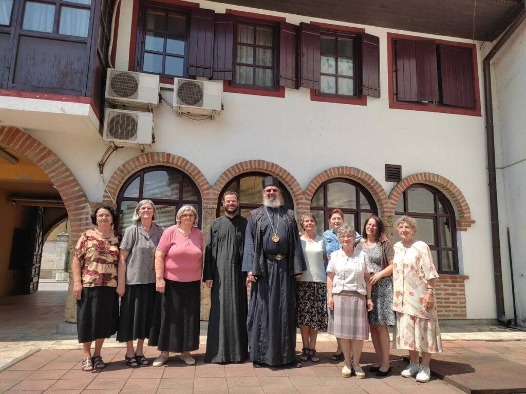 Епископ Исихије и Коло српских сестара даровали породице Продановић и Карадаревић