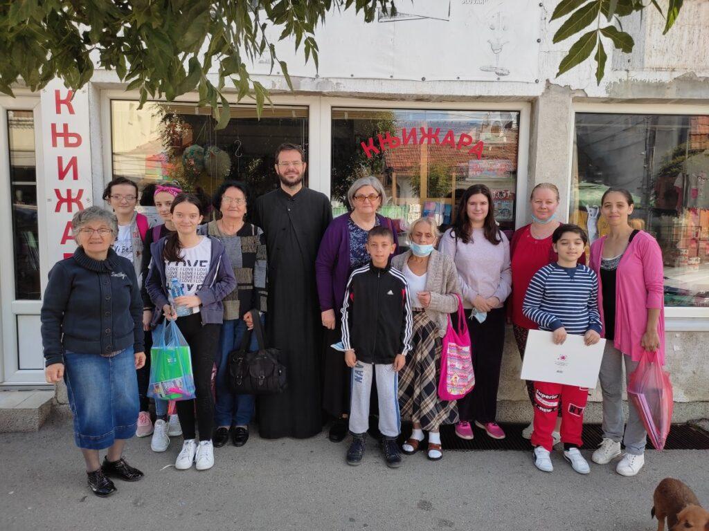 Коло српских сестара даривало ученике школским прибором